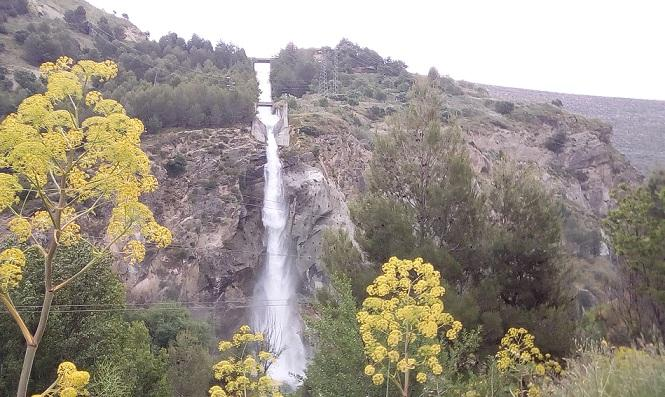 Cascada de agua por el aliviadero del embalse.