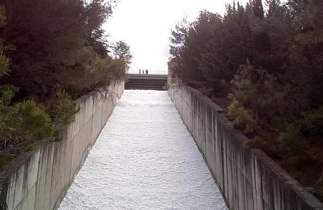 Muchas personas han acudido a ver desembalsar el agua por el aliviadero.