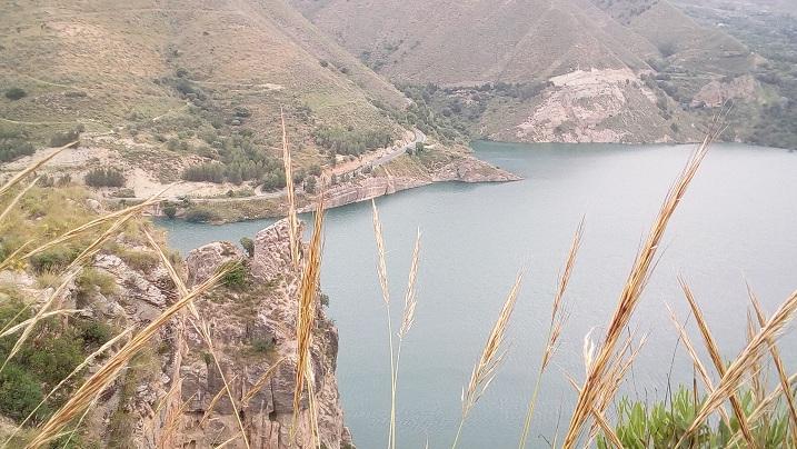 El nivel del agua llega muy cerca de la carretera hacia Güéjar Sierra.