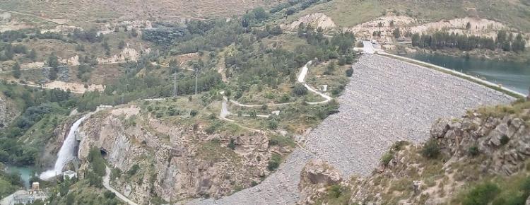 A la derecha, el dique casi a rebosar y a la izquierda, la cascada del aliviadero.
