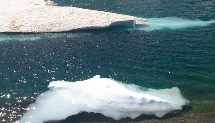 La fusión de la nieve en la laguna.