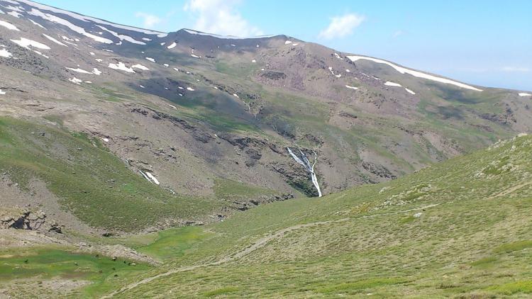 De los paisajes nevados hemos pasado a verdes praderas, con las Chorreras del Molinillo en esplendor.