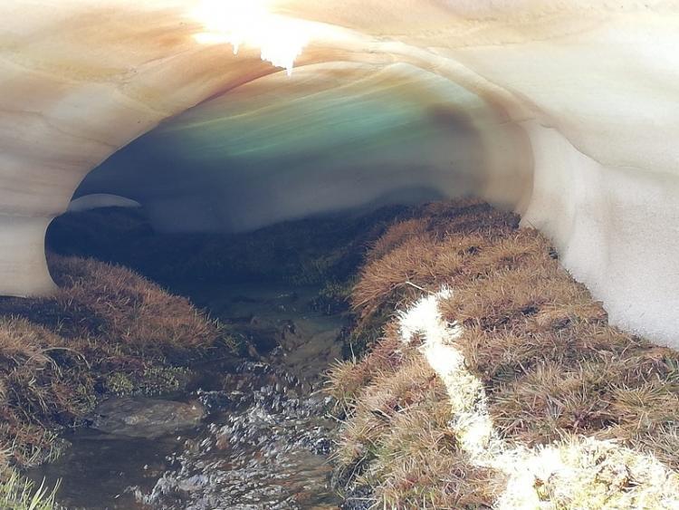 Túneles de nieve que se forman en el deshielo.