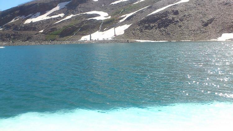 La nieve de la orilla se va derritiendo y deja bellos colores turquesa.