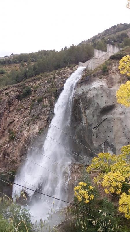 Espectacular imagen de la cascada del aliviadero.