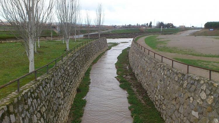 Otra vista de cómo el Beiro lleva sus aguas hacia el Genil, al fondo.