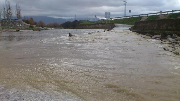 En épocas secas este punto junto al Beiro se usa para vadear el Genil con vehículos. Ahora, afortunadamente, hay mucha agua.