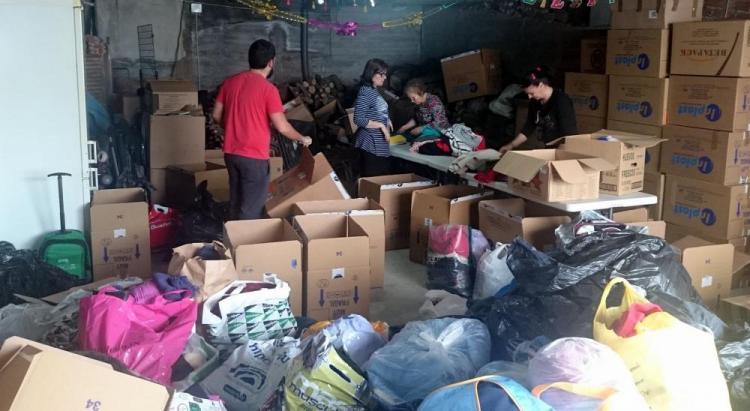Voluntarios de la asociación clasifican el material recogido.