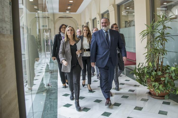 Marifrán Carazo y Pablo García, con el equipo de delegados, antes de comparecer para hacer balance del año de gobierno.