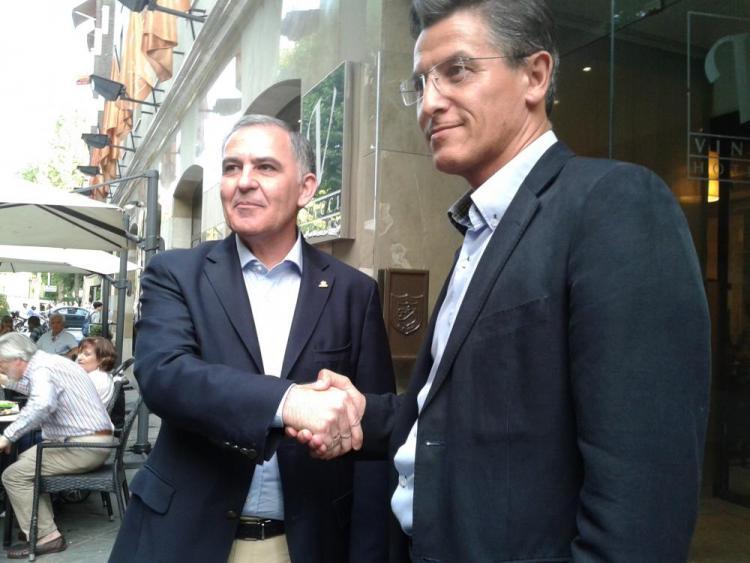 Santiago Pérez y Luis Salvador escenifican el acuerdo.