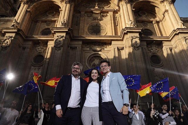 Inés Arrimadas, flanqueada por Fran Hervías y Luis Salvador.