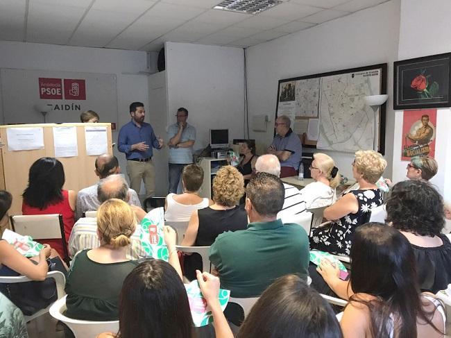 Noel López,con militantes en la sede del PSOE del Zaidín.