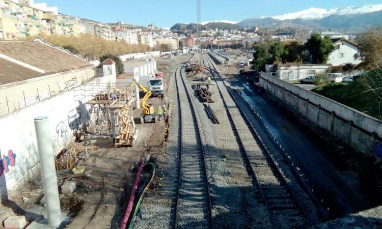 Aspecto de las vías del tren a su entrada a Granada.