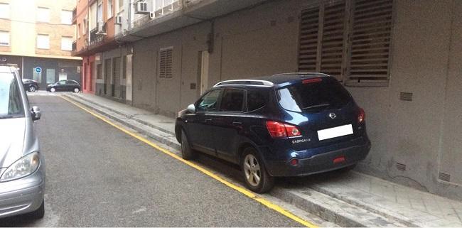 Fotografía difundida por el PP con el vehículo privado del alcalde estacionado sobre una acera.