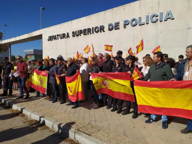 Un  momento de la concentración celebrada este lunes a las puertas de la Jefatura de Policía.