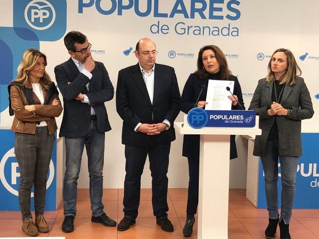 Carmen Crespo con los representantes del PP de Granada.