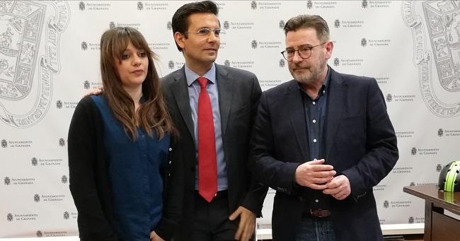 El alcalde, flanqueado por Jemi Sánchez y Baldomero Oliver.