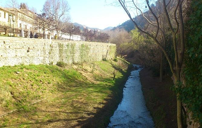 Río Darro a la altura del Paseo de los Tristes.