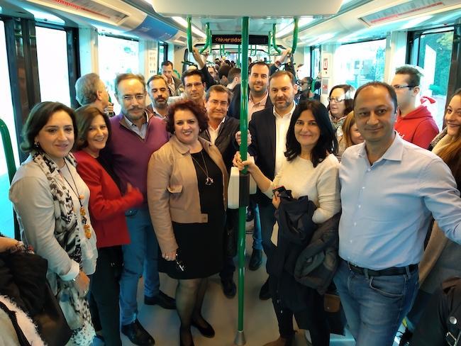 Ábalos, acompañado de dirigentes socialistas, en el metro.