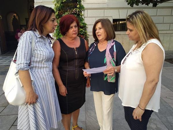 La parlamentaria con Elvira Ramón y las concejalas Raquel Ruz y Nuria Gutiérrez.