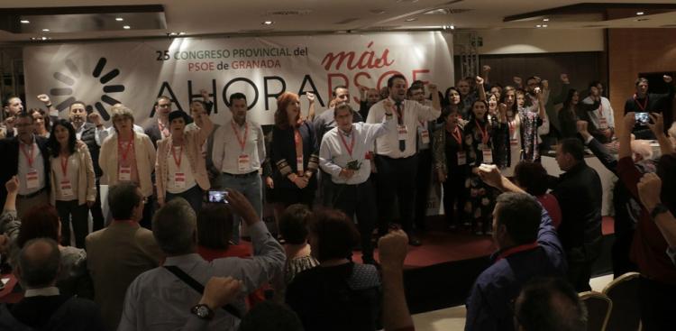 La nueva dirección provincial del PSOE, con Entrena al frente, canta 'La Internacional'.