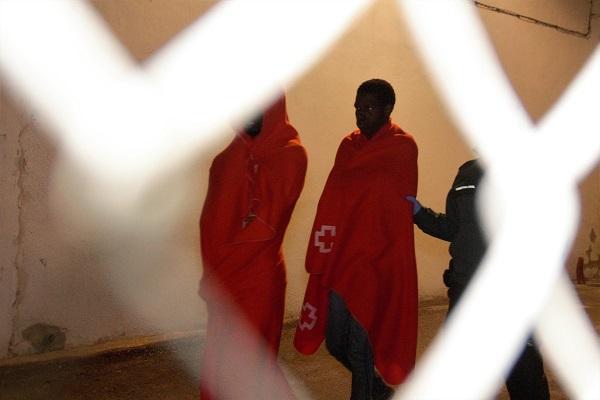 Atención a personas rescatadas en patera a su llegada a Motril.