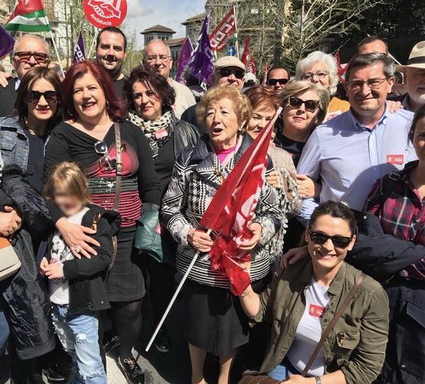 Entrena ha encabezado la representación socialista en la concentración por unas pensiones dignas.