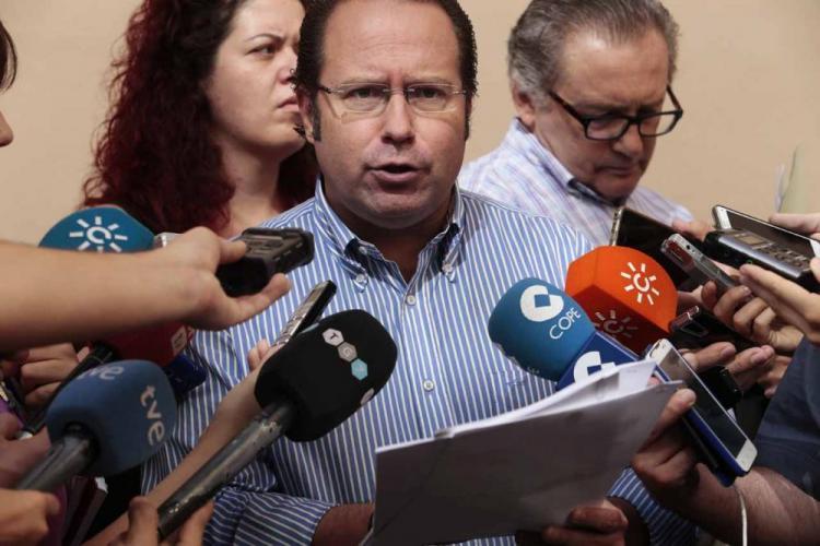El concejal Francisco Ledesma atiende a los periodistas.