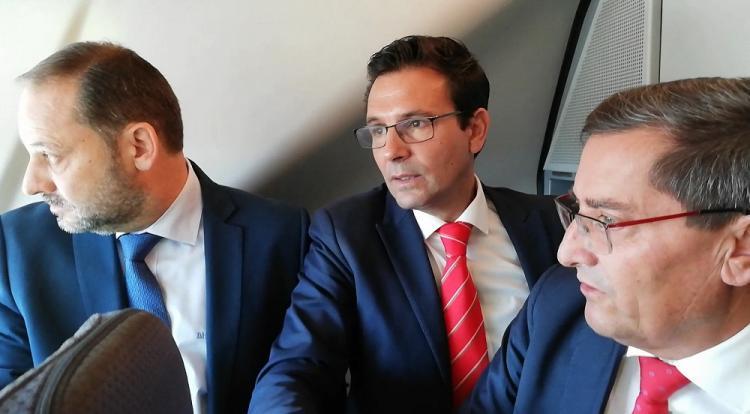 El alcalde de Granada, flanqueado por el ministro de Fomento y el presidente de la Diputación, el pasado septiembre en un viaje en pruebas del AVE.