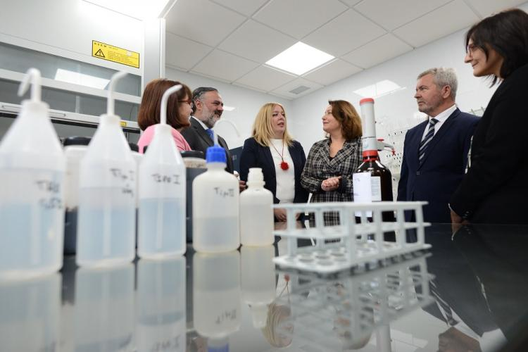 Carmen Crespo con los representantes de la Junta en Granada y el presidente del Puerto en la inauguración del laboratorio.