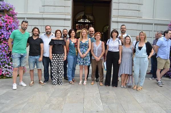 Los representantes de Podemos, IU y EQUO a las puertas del Ayuntamiento.