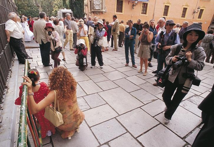 Turistas japoneses en la Plaza de las Pasiegas.