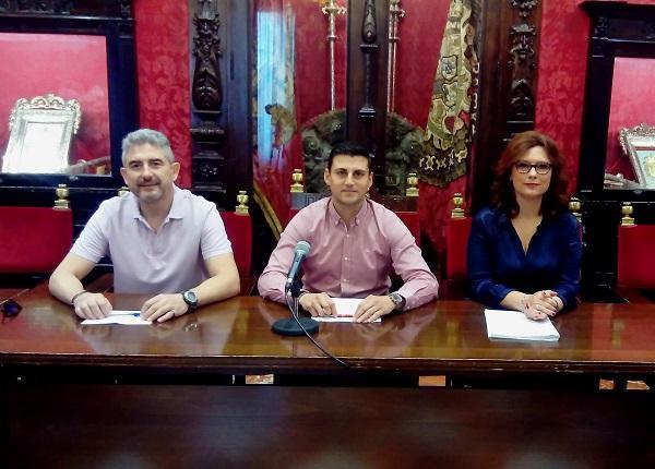 Caracuel (PP) y Sánchez (Cs) con el representante de la EOI.