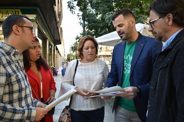 María del Carmen Pérez y Jesús Fernández con otros representantes de la formación.