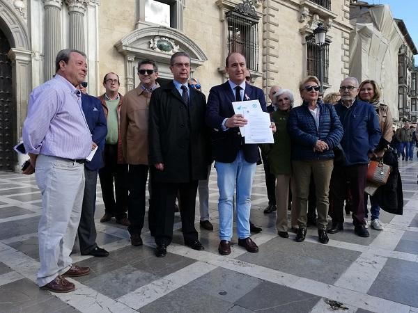 Juan García Montero acompañado de partidarios, a las puertas de la Audiencia.
