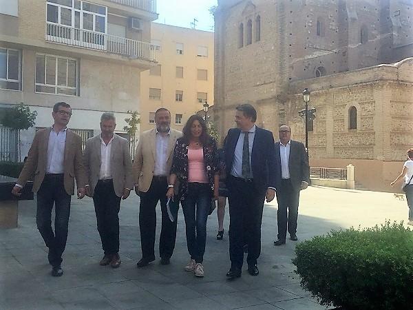Loles López, acompañada entre otros por Carlos Rojas y Juan Ramón Ferreira, en Motril.