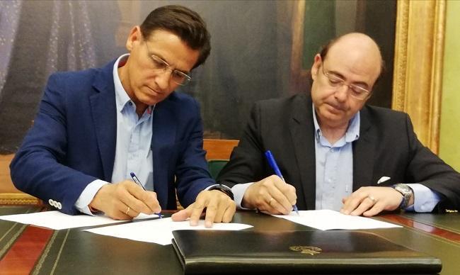 Luis Salvador y Sebastián Pérez, en la firma del acuerdo de áreas de competencias.