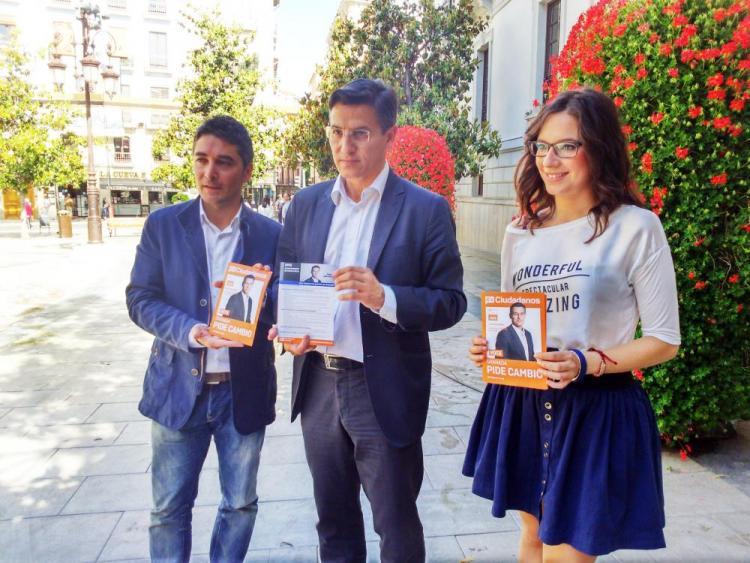 Luis Salvador, junto a Manuel Olivares (número 2 de la lista) y Lola Carazo (número 11 de la lista).