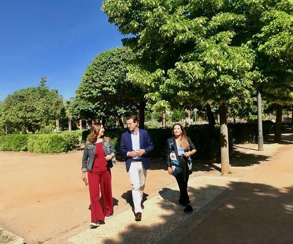 Luis Salvador con María José Villanueva y Lucía Garrido.