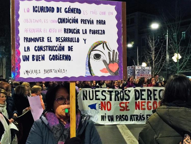 Detalle de la cabeza de la multitudinaria manifestación que ha recorrido Granada.