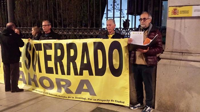 Representantes de la Marea Amarilla, a las puertas de Subdelegación.