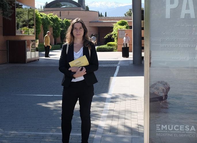 Marta Gutiérrez, en la entrada al cementerio.
