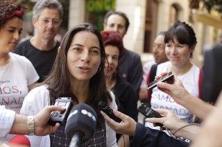 Marta Gutiérrez, con los periodistas.