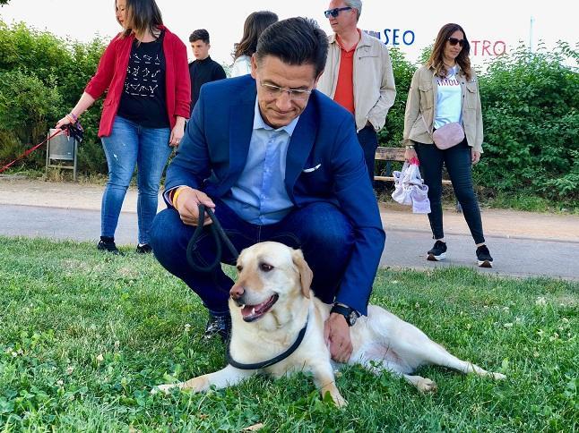 Luis Salvador acaricia a un perro.