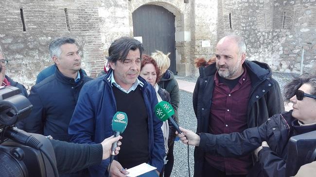 José García Llorente, de la asociación 14 de Abril Costa, acompañado por los representantes de Podemos e IU.