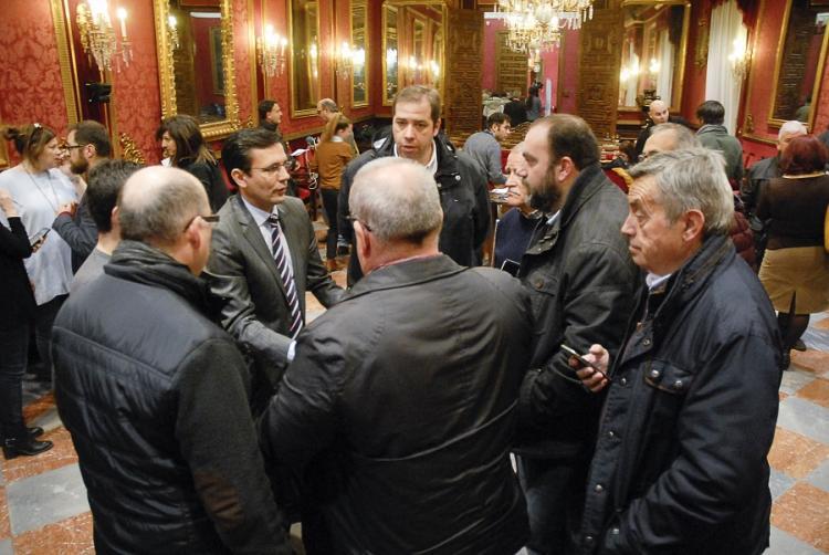 El alcalde conversa con integrantes de la Mesa del Ferrocarril.