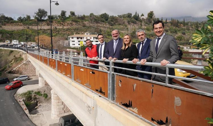 Juan Manuel Moreno, acompañado entre otros por el alcalde de Órgiva, la consejera de Fomento y el delegado de la Junta en Granada.
