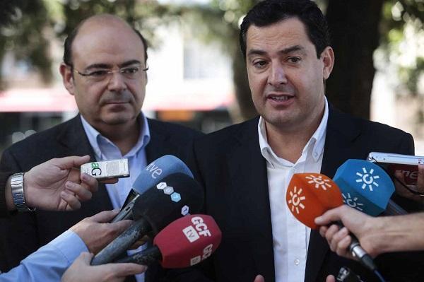 Juan Manuel Moreno, en una imagen de archivo, junto a Sebastián Pérez.