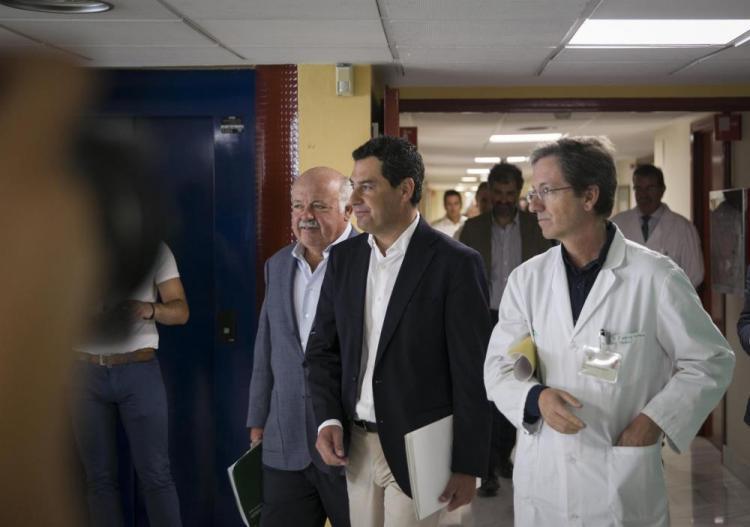 El presidente de la Junta, Juan Manuel Moreno, el consejero de Salud y Familias, Jesús Aguirre, y el portavoz del Gabinete de crisis de Listeriosis, J. M. Cisneros.
