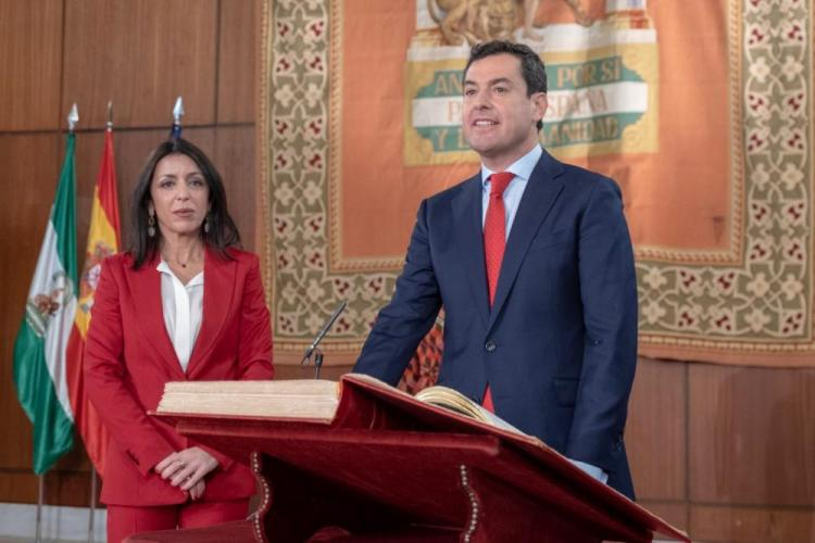 Juan Manuel Moreno toma posesión como presidente delante de la presidenta del Parlamento, Marta Bosquet.